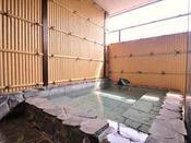 男性露天風呂/湧出量は毎分140リットルと豊富。泉温は59度と高温。