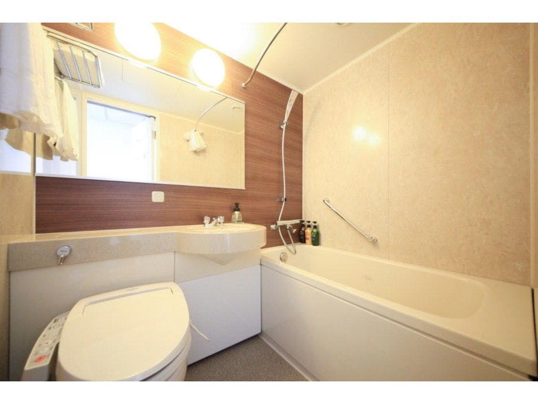 広々と明るいバスルームは、清潔感溢れております。大きなガラスはもちろん曇り止め付でございます。