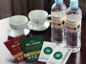 ミネラルウォーター(無料)、ドリップコーヒー(無料)、ティーバッグ(緑茶・無料)をご用意しております。