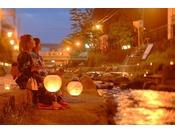 【夏の夜限定】幻想的な光が温泉街を照らします。