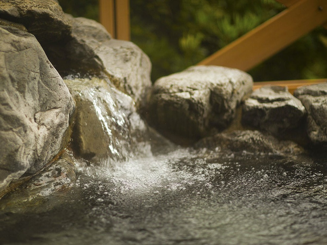 ■露天風呂■コンコンと溢れる温泉。心ゆくまでお楽しみ下さい