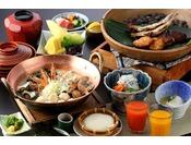 【和朝食】姫サザエ、あさり、しらさ海老、えそのつみれ等の出汁のきいた海鮮味噌汁をはじめ院内の天然水を使用したお豆腐、地元で仕上げた干物、自家製鱧の天婦羅・・・新鮮で美味しい素材を丁寧に仕上げ、素材の味を最大限に活かした和朝食です。