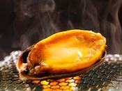 アワビの踊り焼き。新鮮なアワビを目の前で焼いて、熱々の内に召し上がれ!