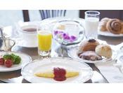 一日の始まりは、フレッシュな野菜と焼きたてのパンで体に優しい朝食をお楽しみください。