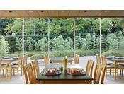 【日本料理 吉翠亭】広々としたテーブル席に加え、洋個室・和室を完備しております。