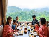 *【朝食バイキング(一例)】自然を眺めるレストランで、みんなで楽しいお食事を♪