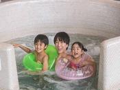 *【ガーデンスパ(一例)】屋内スパは、親子でわいわい楽しめる全天候型のプールです。