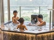 *【露天風呂付客室(一例)】お部屋の絶景お風呂を、親子だけで気兼ねなくご入浴いただけます。