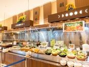 *【夕食バイキング(一例)】お寿司や野菜など、様々なコーナーをご用意しております。