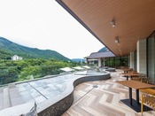 *【水盤テラス(一例)】鬼怒川の自然を眺めながら足湯もお楽しみいただけます。