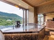 *【露天風呂付き客室(一例)】広々としたお風呂からのパノラマビューは、最上階ならではの贅沢です。