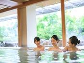*【きぬの湯:温泉(一例)】広い大浴場で、足を延ばしてごゆっくりとした温浴タイムを。