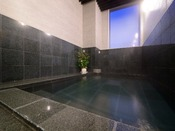 宿泊者専用・無料大浴場。外風呂は吹き抜けで風が感じられる