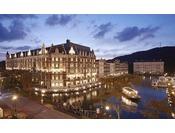 ホテル内海に浮かぶ桟橋。薄暮に包まれた水面に映る窓辺の明かりが、刻々と表情を変えていきます。