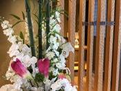 VISTA Loungeの前には季節の造花がお出迎え。夏は百合と紫陽花。