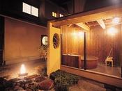 曲水亭『夕顔』の露天風呂。プライベートな空間で、ごゆっくりと湯浴みをお楽しみ下さい。