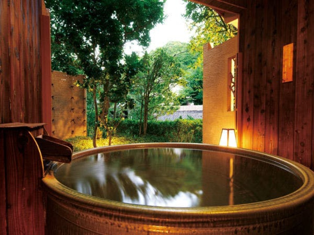 曲水亭『桐壷』の客室露天風呂。プライベートな空間で、ごゆっくりと湯浴みをお楽しみ下さい。