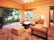 露天風呂付き客室『夕顔』のお部屋。10帖の和室にツインタイプの洋室がついております。