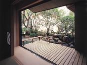「桐壷」の縁側より。お庭を臨みながら、ゆったりとした贅沢な時間をお過ごしください。