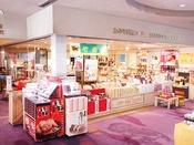游月山荘の売店。定番の炭酸煎餅から季節商品まで、品揃えは万全です。