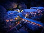 游月山荘の夜の外観。夜の灯りがとても幻想的です。