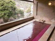 3ヶ所ある貸切風呂のひとつ「ワイン風呂」。(現在すりガラス使用のため、写真とは見え方が異なります)