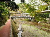豊かな自然に包まれた游月山荘。