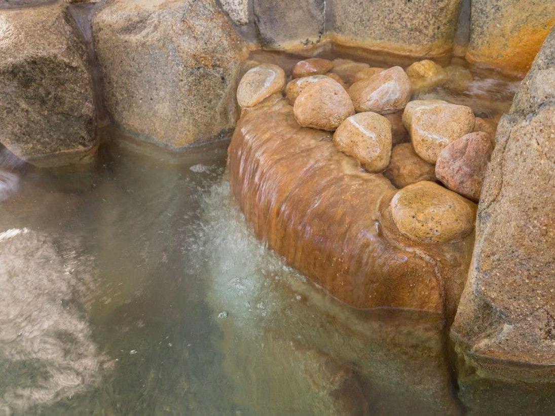 【露天風呂】源泉100%の温泉は炭酸水素塩泉。やわらかいお湯で湯上りはお肌つるつるに。『美人の湯』として人気です。