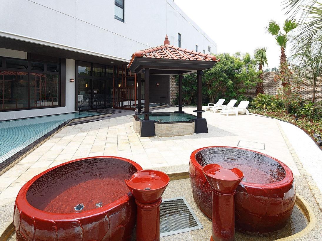 露天エリアの壷風呂。緑に囲まれたく寛ぎの空間。