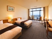 見晴らしのよい景色と、ゆったりとしたベッドが魅力(ベッド幅125cm)
