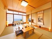 広々とした室内に、窓には一面に広がる海。絶景を眺めながらゆっくり過ごせる