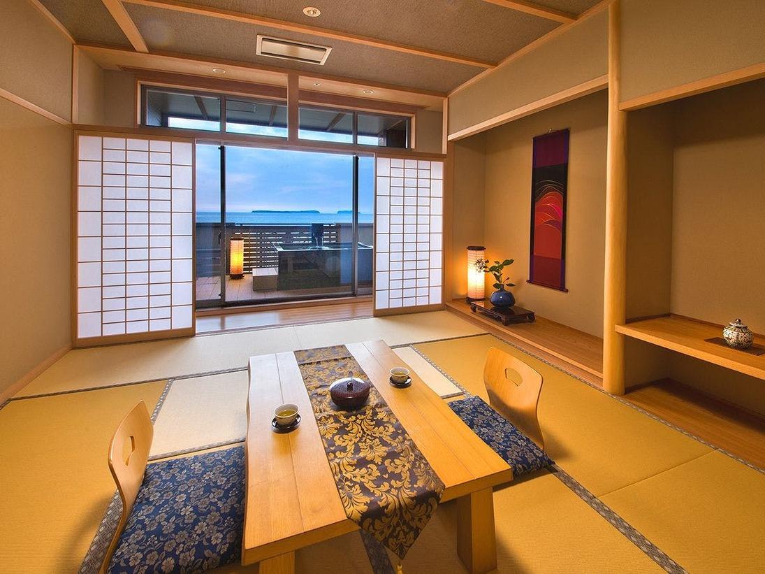 自家源泉の温泉をいつでも満喫できる、プライベート露天風呂付きのお部屋時間によって異なる表情を魅せる景色が楽しめる