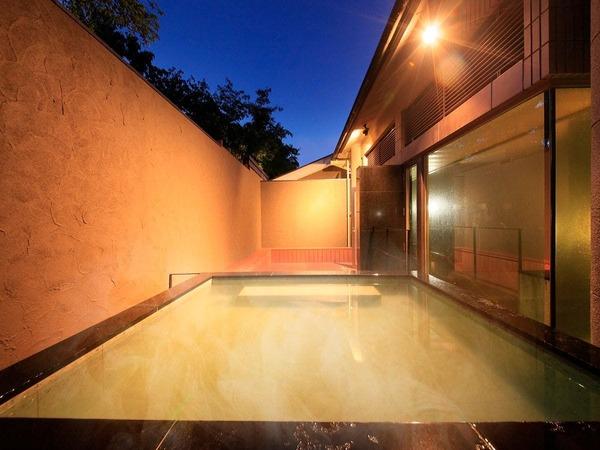夜の風を爽やかに感じる露天風呂