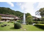 建物の中央に位置する日本庭園。池には鯉が泳いでおり、無料で餌やりもできます。