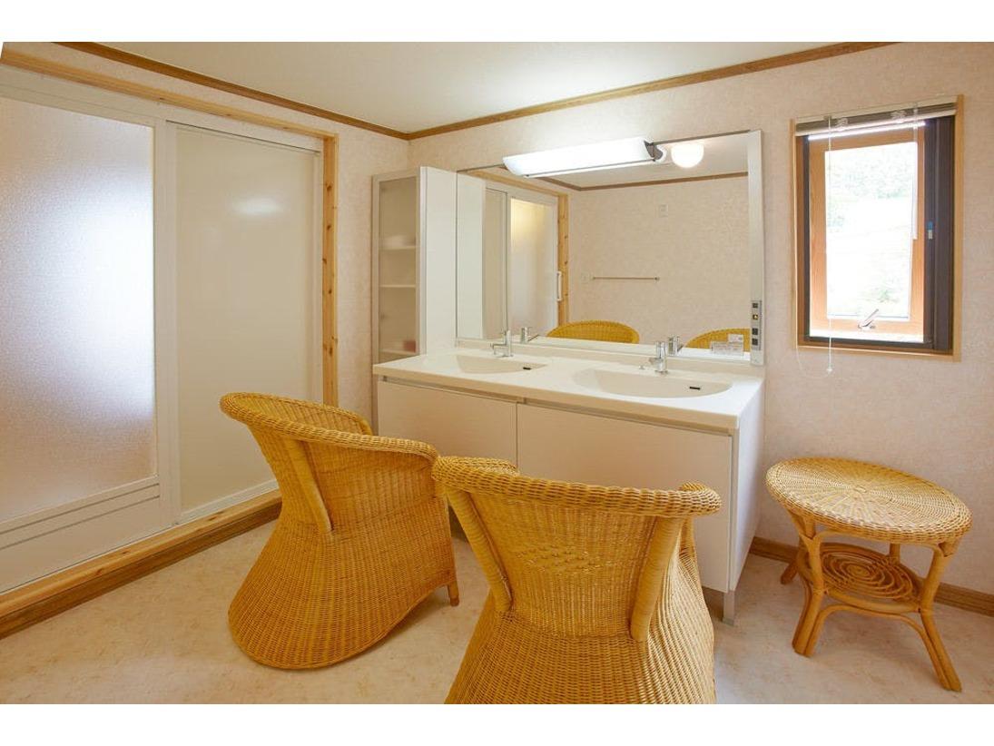 広めのパウダールームはバスルームの隣。洗面ボールが2つに大きな鏡でお肌のお手入れにもゆとりです。