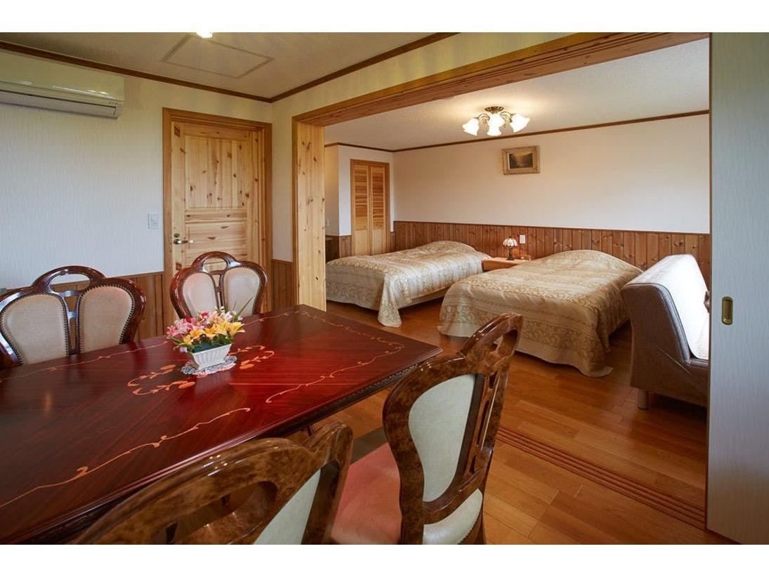 客室リビングとゲストルーム1間の引き戸を閉めれば、お部屋が独立します。2名様までの朝食はこちらで。