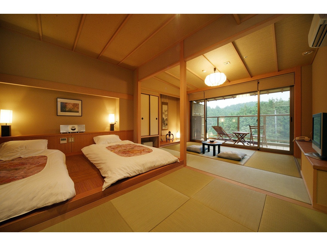 6畳+ツインローベッド+デッキ 檜露天風呂付 里山の風景を心行くまで眺めながらお風呂に浸かっていただけるよう、全室に露天風呂を設けました。