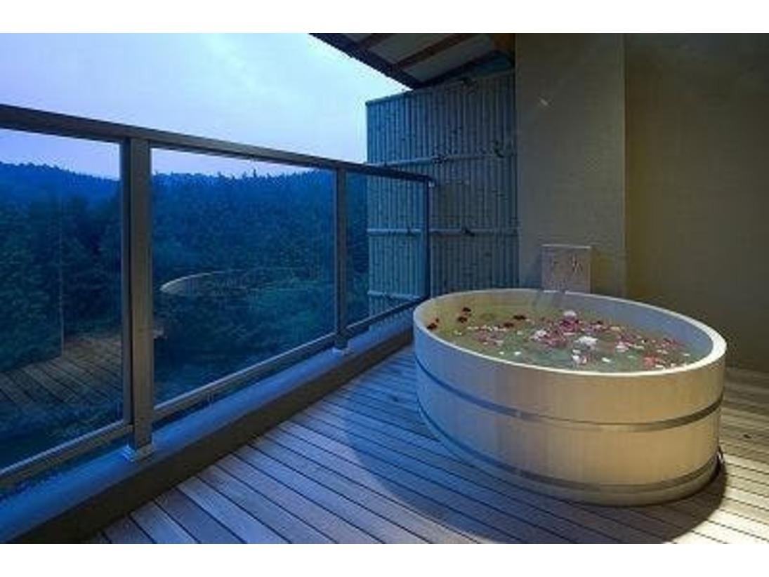 夢前町の自慢・絶品の里山の風景を眺めながら心行くまでお風呂をお楽しみ下さい。※バラ風呂は別途有料でご用意可能でございます。ご希望の場合はご予約時にお申し付け下さい。