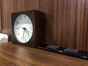 ベッド脇:目覚まし時計&コンセント