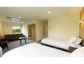 【HOTEL TAIKO】デラックスツインルームは30平米と広々。大きな荷物を広げるスペースもございます。