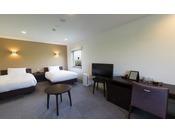 エキストラベッドご利用で最大3名までご宿泊いただけるデラックスツイン客室。30平米と広々とした客室です。