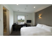 【HOTEL TAIKO】ダブルルーム。広々ワイドデスクを配置してビジネスにも快適!