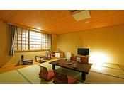 【和室15畳】白木に畳、座卓に座椅子とシンプルで明るい客室。