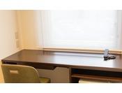 【HOTEL TAIKO】広々としたデスクはビジネスにもうれしい。無料Wi-Fiもご利用いただけます。
