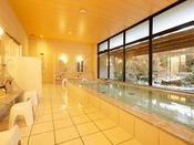 白山の伏流水を使用した湯屋。白色がベースの女性浴場。