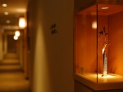 各客室前には工芸品を展示しております
