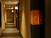 各客室前には卯辰山工芸工房の作品を展示
