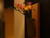 客室前の廊下にも生花を飾っております
