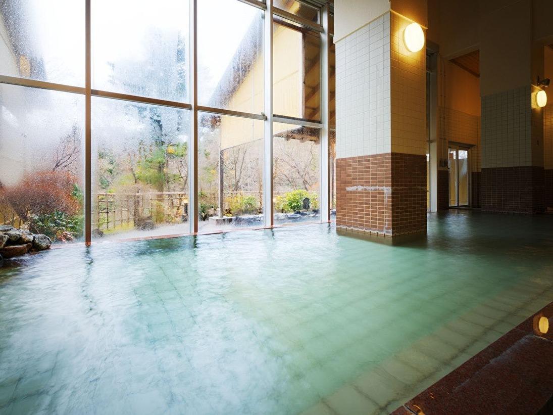 【本館大浴場】当館の泉質は湯冷めしにくい泉質のため、冷え性の方にもおすすめです。