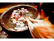 花が浮かぶ美しい手湯